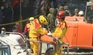 Criança é resgatada dos escombros de prédio que desabou em Taiwan
