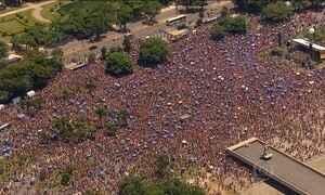 Quatrocentas mil pessoas pulam o carnaval nos blocos do Rio nesta segunda (8)