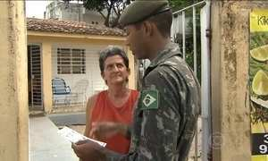 Militares vão às ruas orientar sobre combate ao mosquito Aedes aegypti