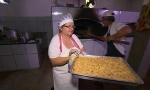 Veja como fazer a cuca de farofa