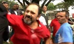 Manifestantes e policiais discutem na porta de Lula em São Bernardo do Campo (SP)