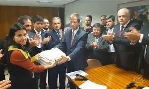 OAB entrega pedido de impeachment depois de tumulto na Câmara