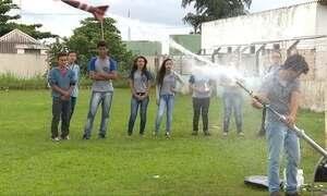 Professor usa foguete em aulas de Química e Física