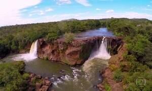 Rio misterioso chamado Farinha corre por um caminho de rochas