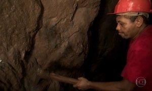 Garimpeiros exploram ouro a 60 metros de profundidade no cerrado