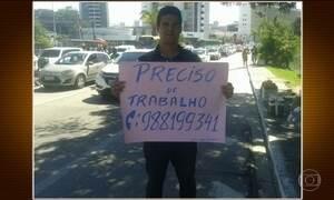 Eletricista do Recife pede emprego no sinal e consegue vaga em um dia