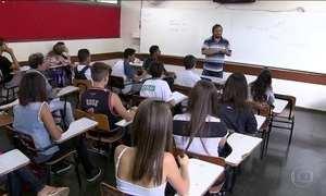 Professor com nível superior ganha a metade do que outros graduados