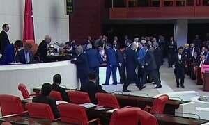 Parlamento da Turquia aprova estado de emergência