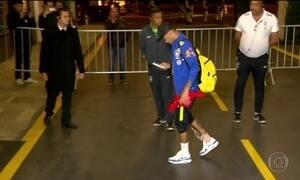 Neymar desembarca mancando em SP, mas deve enfrentar a Colômbia