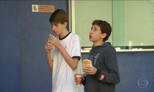 Adolescentes diminuíram consumo de alimentos saudáveis, diz IBGE