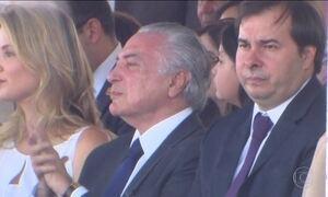 Temer é recebido com aplausos e vaias na parada em Brasília