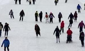 Canadenses vão trabalhar de patins, deslizando sobre rio congelado