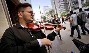 Professor desempregado sustenta a família tocando violino em esquinas