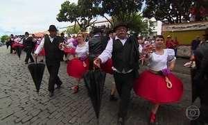 Açorianos são festeiros e tudo comemoram dançando nas ruas