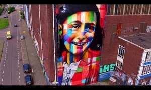 Artista brasileiro Eduardo Kobra pinta mural em homenagem a Anne Frank