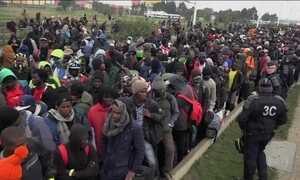 França inicia desmonte de campo de refugiados de Calais