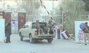 Atentado mata dezenas e fere mais de 100 no Paquistão
