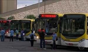 Passageiro sofre para pegar ônibus no DF e empresas ignoram multas