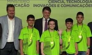 Estudantes recebem medalhas de ouro em olimpíada de matemática