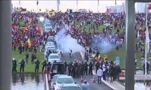 Protesto contra PEC dos gastos tem quebra-quebra e carro queimado