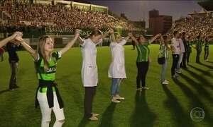 Torcedores fazem vigília na Arena Condá por jogadores mortos