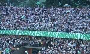 Torcedores do Atlético Nacional homenageiam jogadores da Chapecoense