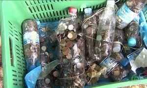 Dupla retira R$ 1 mil em moedas do fundo das Cataratas de Foz do Iguaçu