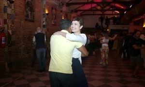 Hoje é dia de sair sozinho: dançando com um estranho