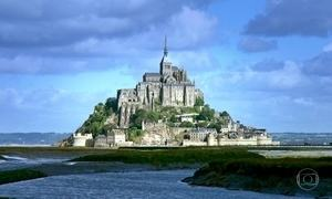 Monte Saint-Michel se transforma em ilha na maré cheia