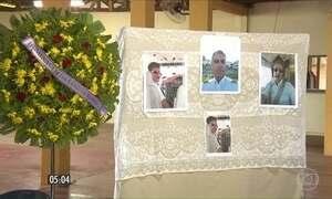 Familiares se despedem de vítimas de acidente com avião em Paraty (RJ)