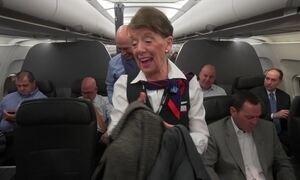 Comissária de bordo mais velha do mundo completa 60 anos de carreira