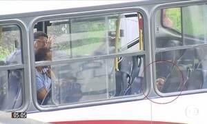 Câmeras de segurança mostram detalhes de assalto a ônibus no RJ