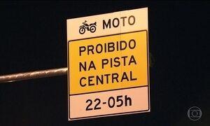 Motociclistas desrespeitam restrição de circular na Marginal Tietê, em SP