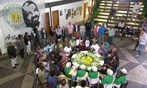 Família e amigos fazem 'samba de esperança' pela saúde de Arlindo Cruz