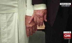 Detetive Virtual investiga se Papa realmente deu tapa na mão de Trump