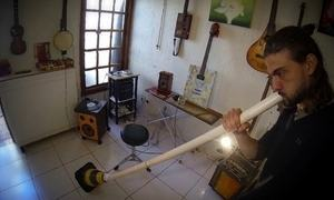 Nós.doc: Músico cria instrumentos com material descartado