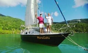 Casal constrói barco na Ilha Grande para viver no mar