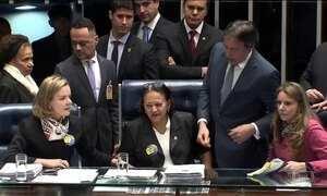 Senadoras da oposição ocupam mesa do plenário e impedem votação