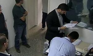 Imagens inéditas mostram preso com documentos sigilosos de operação