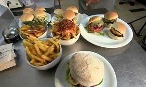 Rodízio de pastel e de hambúrguer  faz sucesso em restaurantes
