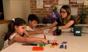 Para cinco mil famílias no Brasil, a sala de aula é dentro de casa