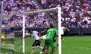 Com gol de braço de Jô, Corinthians vence o Vasco e amplia vantagem na ponta