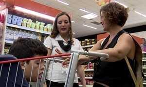 Mãe consegue que supermercado adapte carrinho pra filho autista