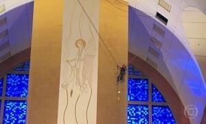 Funcionários fazem rapel para limpar paredes da Basílica de Aparecida