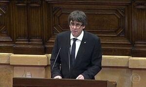 Catalunha declara independência, mas suspende efeitos para dialogar