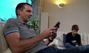 Pai britânico cria aplicativo para filho não ignorar mensagens no celular