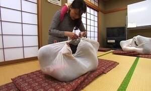 Japonesa embrulha adultos como bebês para curar dissabores da vida