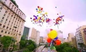 Voluntários soltam mais de 900 balões no RJ e em SP com desejos para 2018