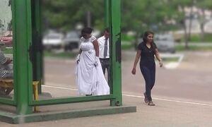 Casal ganha festa de casamento após foto em ponto de ônibus viralizar