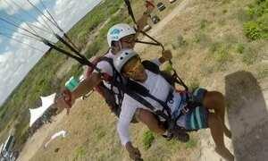 Pilotos de parapente se unem no desafio de voar com 50 cadeirantes
